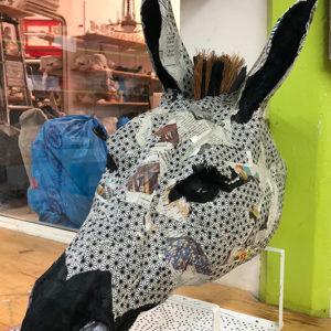 Cours de papier mâché. Sculpture d'un âne en papier-mâché.